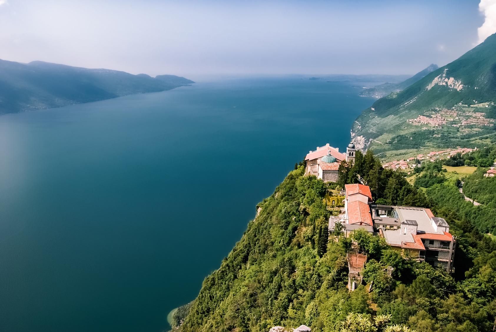 Gardasee, rechts im Bild Monte Castello